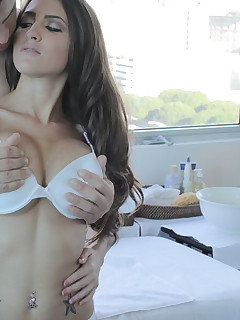 She gets the fuck of her life on the massage table