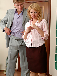 Pantyhosed secretary going for a hot quickie before showing some documents