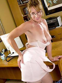 Aniloscom  Freshest mature women on the net featuring Anilos Samantha Stone anilos post