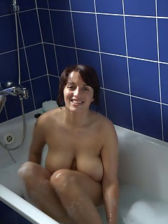 Amateur busty MILF gets naked in the bath