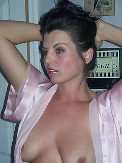 Picture set of a gorgeous MILF posing sexy
