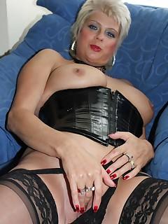mom in panties pics