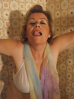Meine Titten sind gebundenheies Gefhl wenn meinegrannytitten aufquellen wenn ichsie mit meinem Halstuch bindeund meine Muschi dabei ganz feucht wirdMy tits are tied hot feeling when mygrannytits swell up if Itie them with my scarfand while my pussy becomes all wet