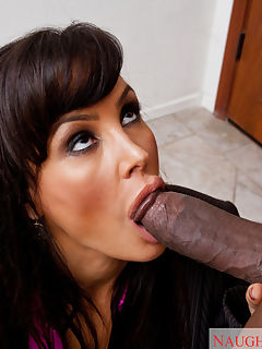 Hot Cougar Lisa Ann seduces young cock so she can have fun riding him