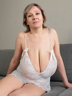 mom with big tits pics