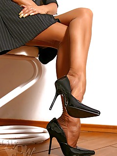 LilyWOW The Hottest Leggy MILF  worldwide in Stockings Nylons and Pantyhose!