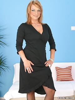 Hot lesbian MILF Sarah Romain shows what she got