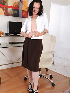 Aniloscom  Freshest mature women on the net featuring Anilos Claudia Adkins anilos office