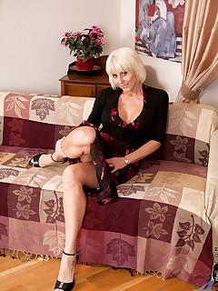 Aniloscom  Freshest mature women on the net featuring Anilos Jan Burton hot mature